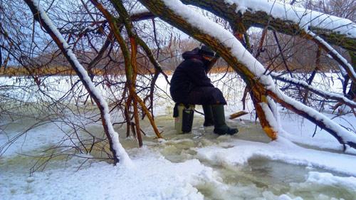 Ловля карася зимой в густом коряжнике.